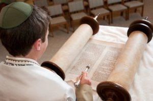 Copil evreu citind Torah